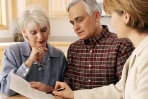 Oudere partners ontmoeten een financieel adviseur.